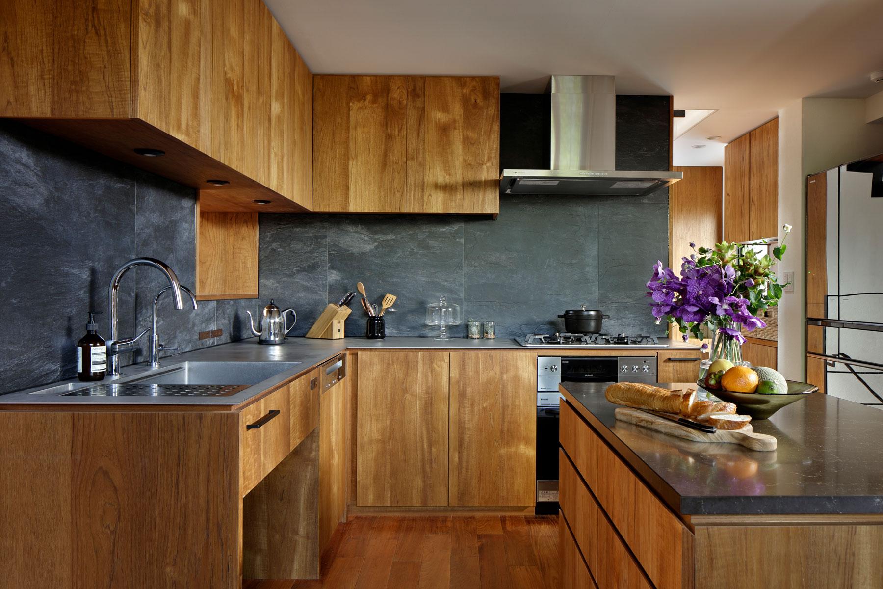 キッチン・家具スペースとリビングを分けたチークのL型キッチン