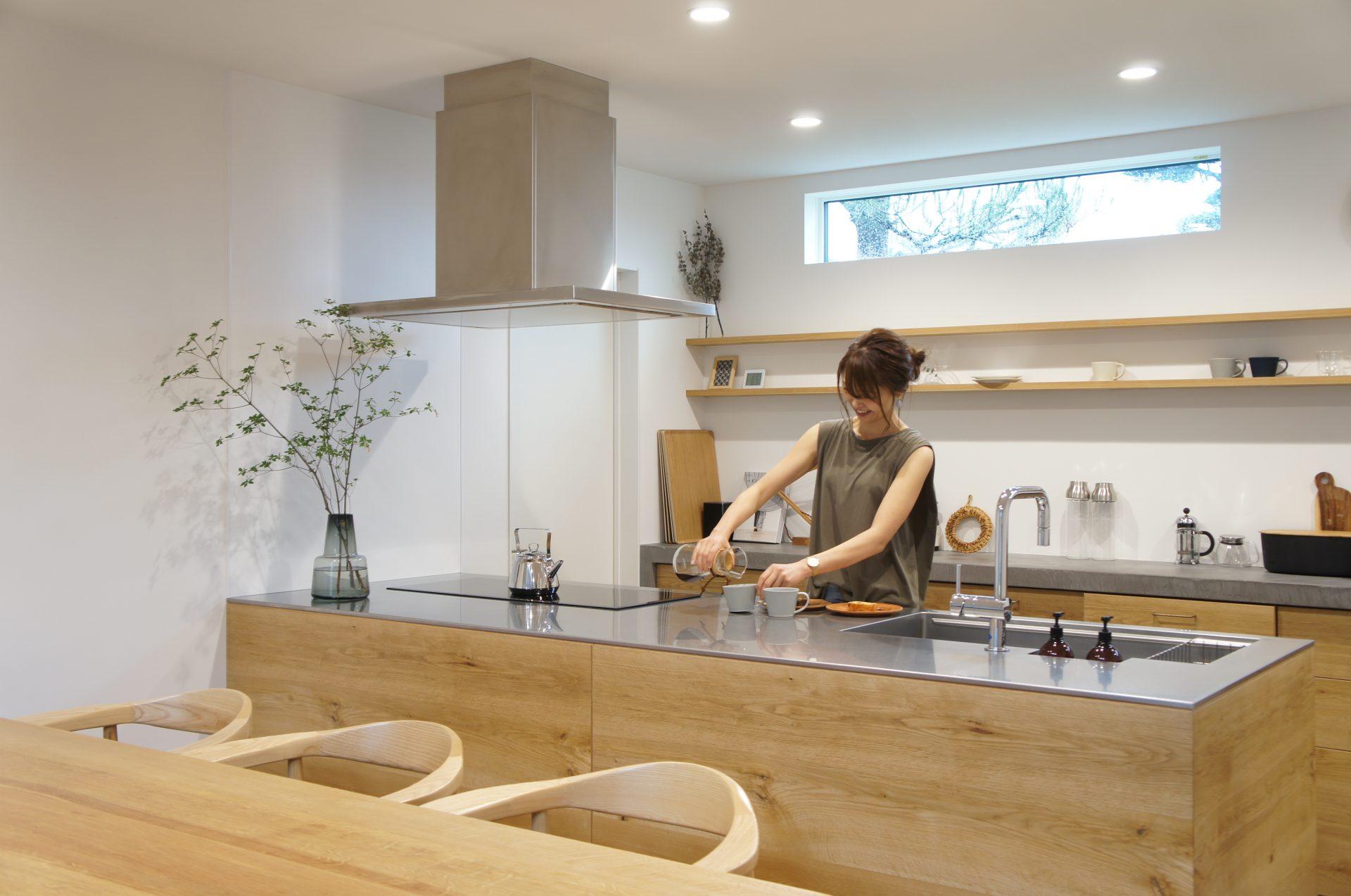 日々の家事を助けるアイデアが詰まった、スクエア型のペニンシュラキッチン